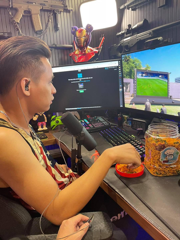 Độ Mixi, ViruSs rủ nhau xem bóng đá trong game, cổ vũ tuyển Việt Nam theo cách chuẩn sang xịn mịn, nhưng cũng không giống ai - Ảnh 1.