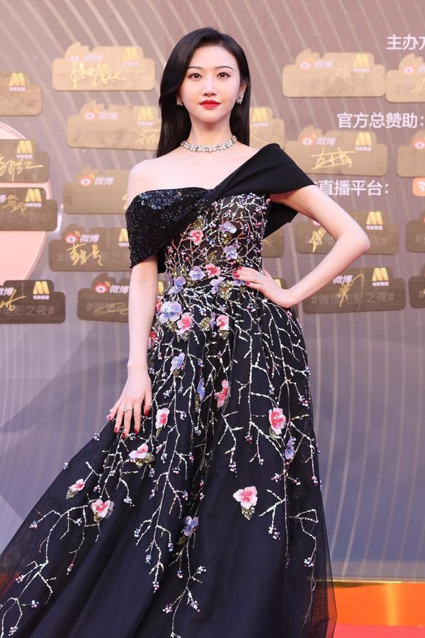 Thảm đỏ Đêm Điện ảnh Weibo: Âu Dương Na Na hoá tiên tử, đè bẹp Trương Quân Ninh già chát cùng dàn mỹ nhân - Ảnh 6.