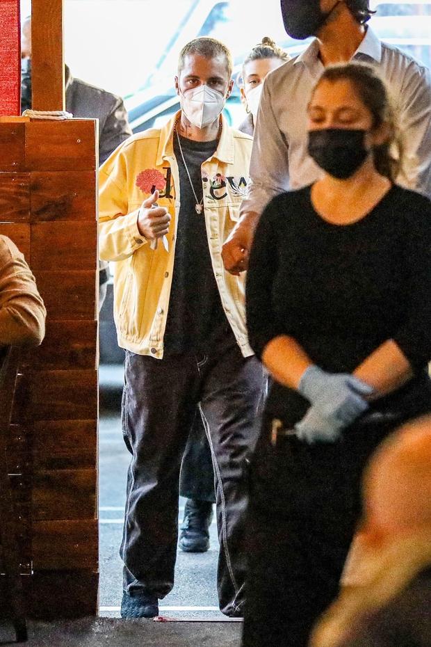 Justin Bieber cuối cùng đã lột xác: Cưỡi siêu xe 7,6 tỷ đi lượn phố cùng bà xã, nhan sắc hoàng tử nhạc Pop trở lại rồi! - Ảnh 2.