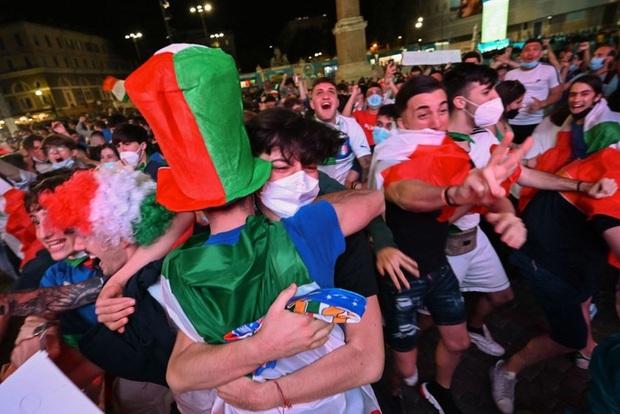 Hotgirl tràn ngập fanzone xem trận khai mạc Euro 2020 - Ảnh 12.