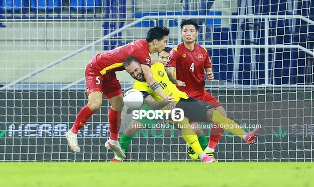 Tình huống Văn Hậu phạm lỗi khiến tuyển Việt Nam nhận bàn thua trước Malaysia - Ảnh 3.