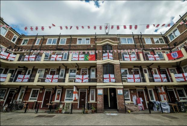 CĐV Anh trang hoàng đường phố rực rỡ, sẵn sàng tiếp lửa cho Tam Sư ở trận ra quân Euro 2020 - Ảnh 3.