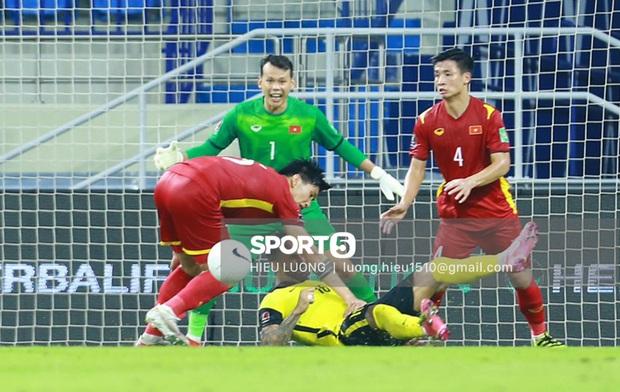 Tình huống Văn Hậu phạm lỗi khiến tuyển Việt Nam nhận bàn thua trước Malaysia - Ảnh 4.