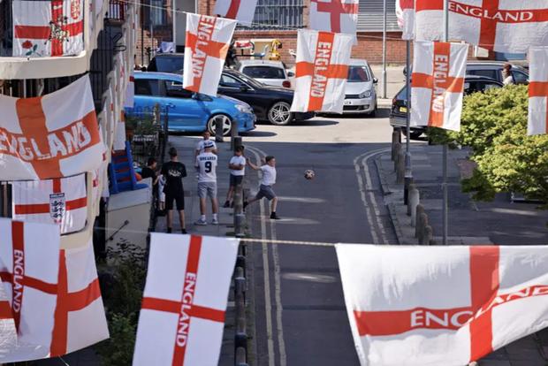 CĐV Anh trang hoàng đường phố rực rỡ, sẵn sàng tiếp lửa cho Tam Sư ở trận ra quân Euro 2020 - Ảnh 4.