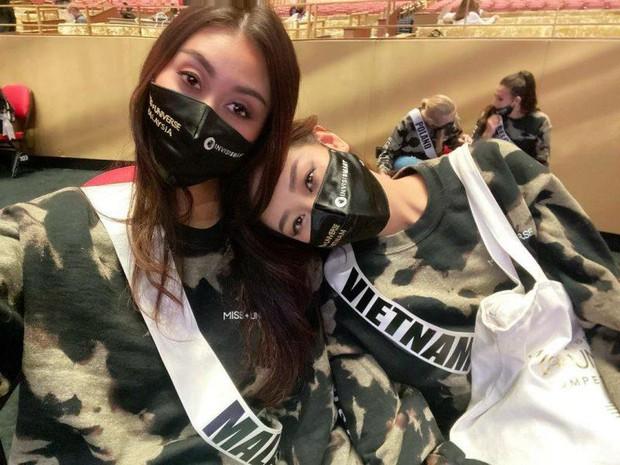Hòa nhịp bóng đá, tình chị em của Khánh Vân và Hoa hậu Malaysia liệu có bền lâu? - Ảnh 4.