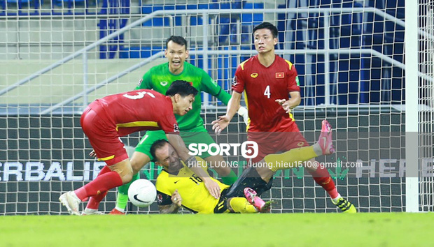 Tình huống Văn Hậu phạm lỗi khiến tuyển Việt Nam nhận bàn thua trước Malaysia - Ảnh 6.