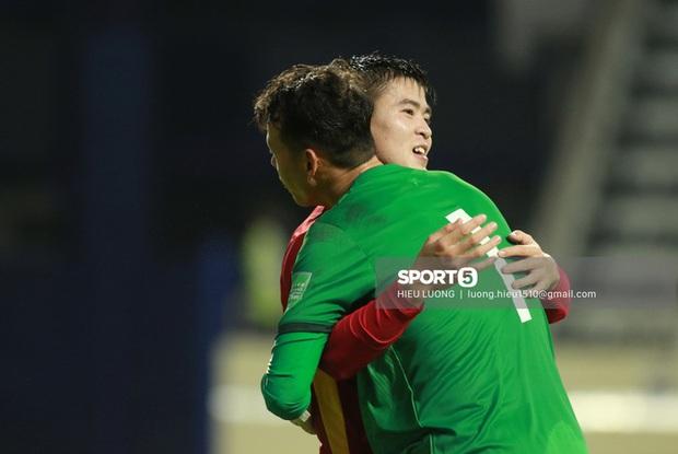 Tiến Dũng bế Đình Trọng cực tình cảm ăn mừng chiến thắng trước Malaysia - Ảnh 5.