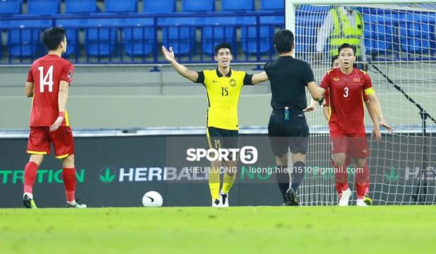 Tình huống Văn Hậu phạm lỗi khiến tuyển Việt Nam nhận bàn thua trước Malaysia - Ảnh 8.