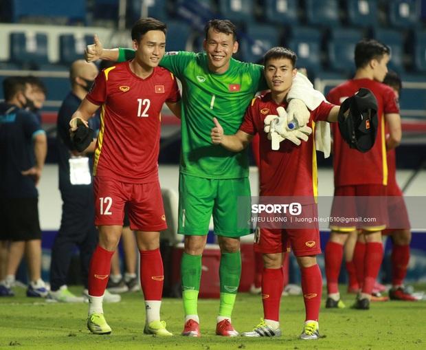 Tiến Dũng bế Đình Trọng cực tình cảm ăn mừng chiến thắng trước Malaysia - Ảnh 6.