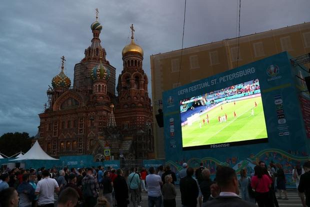 Hotgirl tràn ngập fanzone xem trận khai mạc Euro 2020 - Ảnh 9.