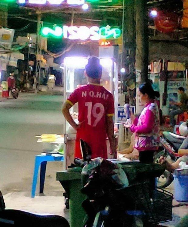 """Phát hiện Quang Hải vẫn kịp đi mua xôi trước trận gặp Malaysia tối qua, sự thật còn """"ngã ngửa"""" hơn - Ảnh 1."""