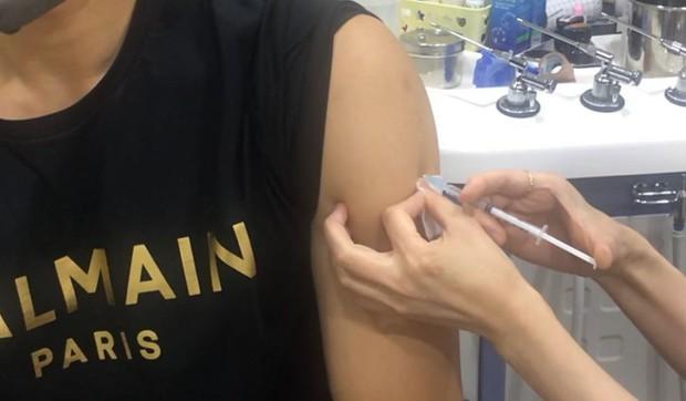 Bi Rain hé lộ tình trạng sau khi tiêm liều vaccine phòng COVID-19 đầu tiên, dân tình lại chỉ thắc mắc gọi tên Kim Tae Hee - Ảnh 2.