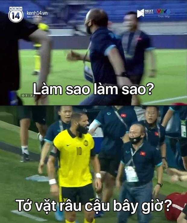 Loạt ảnh chế đội tuyển Việt Nam nở rộ sau trận gặp Malaysia: Duy Mạnh gắt gỏng cũng không hài bằng HLV Park Hang-seo! - Ảnh 9.