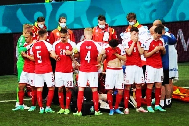 Tình người xúc động ở khoảnh khắc Eriksen ngã xuống: Đồng đội cứu đồng đội, cả khán đài rơi nước mắt cầu nguyện - Ảnh 4.