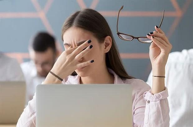 Cứ thấy mỏi mắt là nhỏ thuốc, đây là sai lầm tai hại ảnh hưởng lâu dài tới sức khỏe đôi mắt - Ảnh 1.