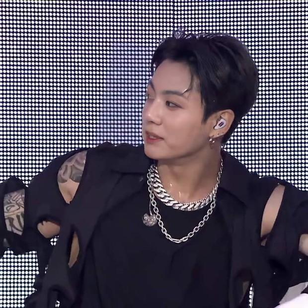 Jungkook (BTS) lần đầu lộ hình xăm cánh tay trên stage quá là bad boy, mặc crop top khoe body làm MXH nổ tung! - Ảnh 5.