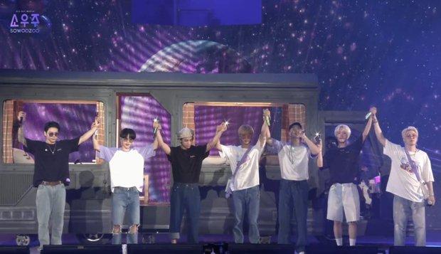 Jungkook (BTS) lần đầu lộ hình xăm cánh tay trên stage quá là bad boy, mặc crop top khoe body làm MXH nổ tung! - Ảnh 1.