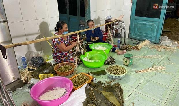 Người Sài Gòn tất bật gói hàng chục nghìn bánh ú nước tro dịp Tết Đoan Ngọ - Ảnh 1.