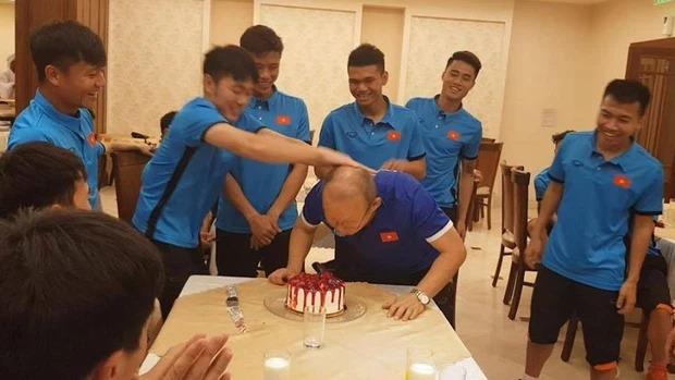 Thầy Park đầu têu cho ĐT Việt Nam úp bánh kem vào mặt Hồng Duy, nhưng cái kết thật bất ngờ - Ảnh 9.