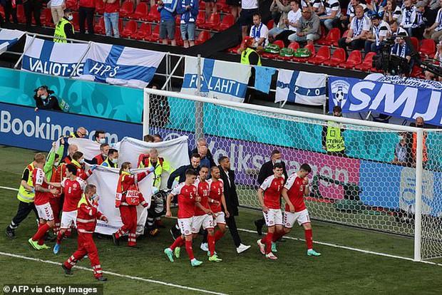 Sốc: Ngôi sao tuyển Đan Mạch đổ gục ngay trên sân đấu Euro, cả khán đài chết lặng, chìm trong nước mắt - Ảnh 6.