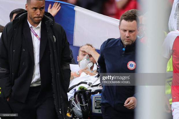 Ảnh: Vợ ngôi sao tuyển Đan Mạch leo rào, bật khóc trong vòng tay đồng đội khi thấy chồng mình đột quỵ - Ảnh 8.