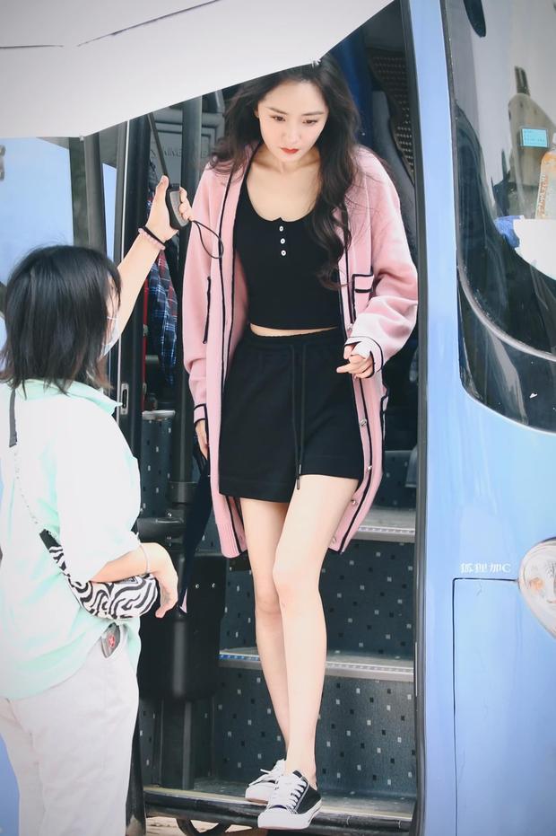 Đụng hàng áo Chanel, Jennie - Ngô Thanh Vân thần thái kiêu sa nhưng màn khoe ngực của Dương Mịch mới là tâm điểm - Ảnh 6.