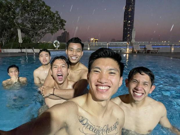 Bức ảnh quy tụ nhiều chồng quốc dân nhất Việt Nam, khiến netizen nằng nặc đòi làm chiếc hồ bơi - Ảnh 2.