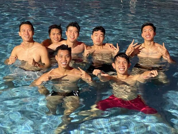 Bức ảnh quy tụ nhiều chồng quốc dân nhất Việt Nam, khiến netizen nằng nặc đòi làm chiếc hồ bơi - Ảnh 1.