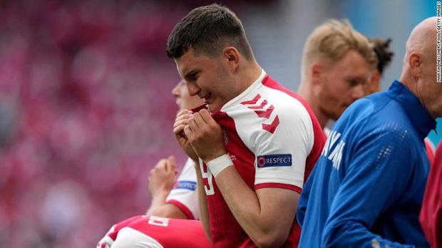 Sốc: Ngôi sao tuyển Đan Mạch đổ gục ngay trên sân đấu Euro, cả khán đài chết lặng, chìm trong nước mắt - Ảnh 5.