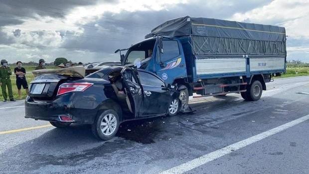 Ô tô con tông trực diện xe tải, 3 nạn nhân tử vong trong đó có cháu bé 4 tuổi - Ảnh 1.