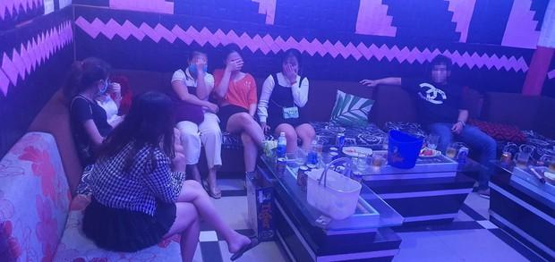 Bất chấp lệnh cấm, quán karaoke vẫn mở cửa, để khách chơi ma túy - Ảnh 2.