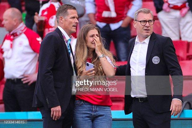 Ảnh: Vợ ngôi sao tuyển Đan Mạch leo rào, bật khóc trong vòng tay đồng đội khi thấy chồng mình đột quỵ - Ảnh 3.