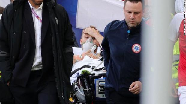 Tình người xúc động ở khoảnh khắc Eriksen ngã xuống: Đồng đội cứu đồng đội, cả khán đài rơi nước mắt cầu nguyện - Ảnh 8.