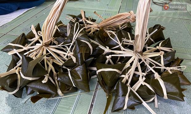 Người Sài Gòn tất bật gói hàng chục nghìn bánh ú nước tro dịp Tết Đoan Ngọ - Ảnh 3.