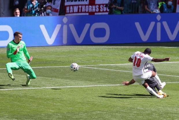 Tuyển Anh phá bỏ lời nguyền nửa thế kỷ, lần đầu giành chiến thắng trong trận mở màn tại Euro - Ảnh 2.