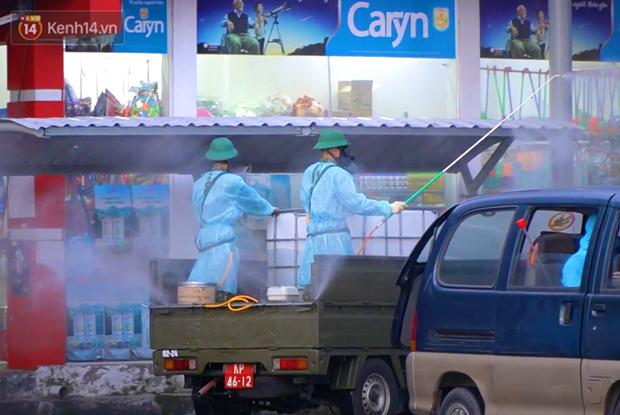 ẢNH: Quân đội phun khử trùng tại BV Bệnh Nhiệt đới TP.HCM sau khi phát hiện 53 ca dương tính SARS-CoV-2 - Ảnh 8.