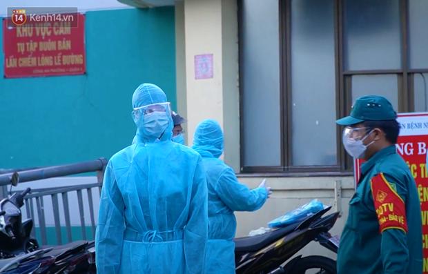 ẢNH: Quân đội phun khử trùng tại BV Bệnh Nhiệt đới TP.HCM sau khi phát hiện 53 ca dương tính SARS-CoV-2 - Ảnh 4.