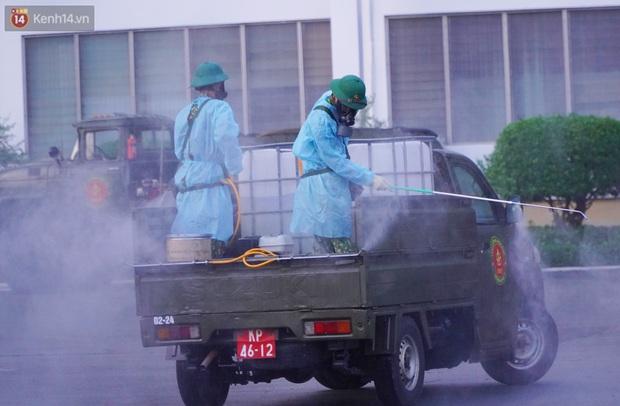 ẢNH: Quân đội phun khử trùng tại BV Bệnh Nhiệt đới TP.HCM sau khi phát hiện 53 ca dương tính SARS-CoV-2 - Ảnh 3.