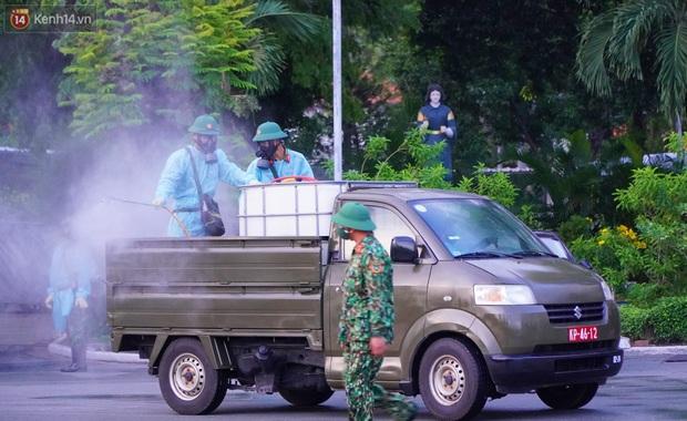 ẢNH: Quân đội phun khử trùng tại BV Bệnh Nhiệt đới TP.HCM sau khi phát hiện 53 ca dương tính SARS-CoV-2 - Ảnh 5.
