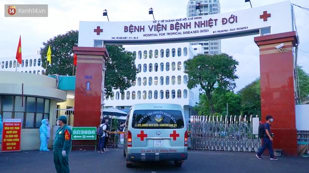 ẢNH: Quân đội phun khử trùng tại BV Bệnh Nhiệt đới TP.HCM sau khi phát hiện 53 ca dương tính SARS-CoV-2 - Ảnh 1.