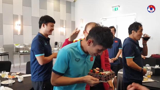 Thầy Park đầu têu cho ĐT Việt Nam úp bánh kem vào mặt Hồng Duy, nhưng cái kết thật bất ngờ - Ảnh 4.