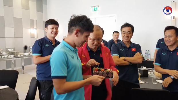Thầy Park đầu têu cho ĐT Việt Nam úp bánh kem vào mặt Hồng Duy, nhưng cái kết thật bất ngờ - Ảnh 2.