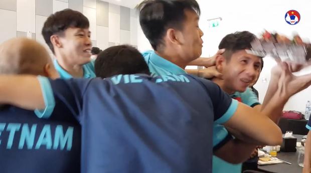 Thầy Park đầu têu cho ĐT Việt Nam úp bánh kem vào mặt Hồng Duy, nhưng cái kết thật bất ngờ - Ảnh 7.