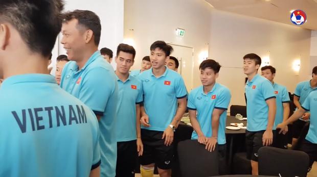Thầy Park đầu têu cho ĐT Việt Nam úp bánh kem vào mặt Hồng Duy, nhưng cái kết thật bất ngờ - Ảnh 8.