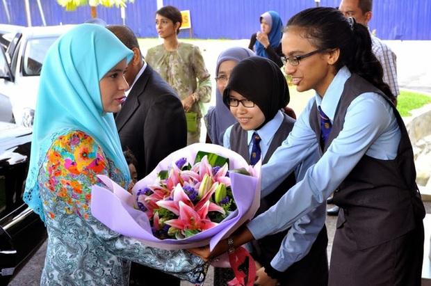 """17 tuổi từ thường dân bỗng thành vợ Thái tử, """"nàng Lọ lem đẹp tựa tiên nữ"""" của Hoàng gia Brunei giờ ra sao sau 17 năm? - Ảnh 9."""