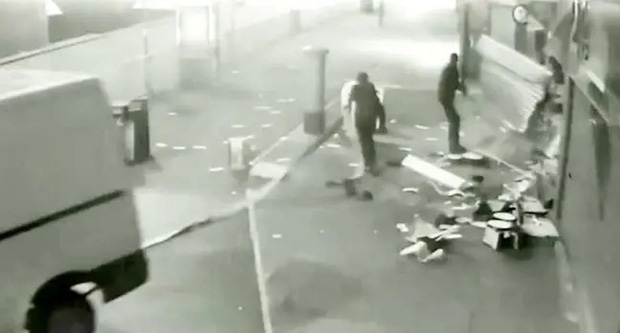 Nhóm trộm chuyên dùng xe húc đổ ATM để cướp tiền suốt 3 năm, nhưng năm nào cũng thất bại  - Ảnh 1.