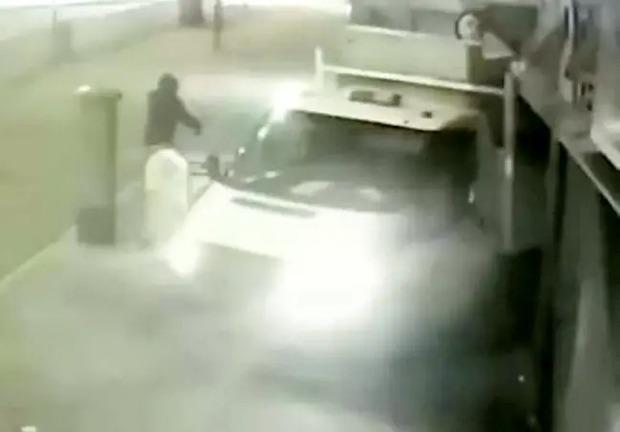 Nhóm trộm chuyên dùng xe húc đổ ATM để cướp tiền suốt 3 năm, nhưng năm nào cũng thất bại  - Ảnh 2.