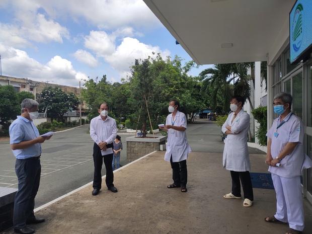Bệnh viện Bệnh Nhiệt đới TP.HCM đã tiêm 2 mũi vaccine Covid-19 cho 1.200 cán bộ, y bác sĩ và nhân viên - Ảnh 2.