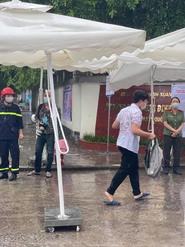 Đi thi mưa gió tầm tã ướt sũng từ đầu tới chân, sĩ tử Hà Nội được huy động hàng trăm bộ quần áo ngay trước giờ làm bài - Ảnh 1.