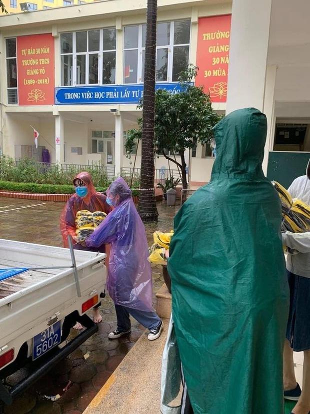 Đi thi mưa gió tầm tã ướt sũng từ đầu tới chân, sĩ tử Hà Nội được huy động hàng trăm bộ quần áo ngay trước giờ làm bài - Ảnh 3.